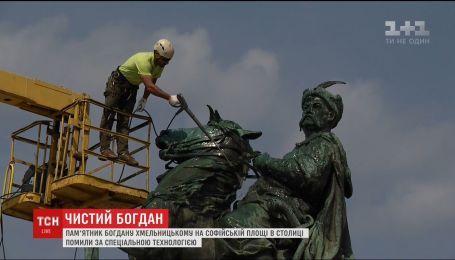На Софийской площади помыли памятник Богдану Хмельницкому с конем