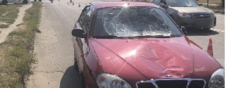 В Сумах обвиняемый во взяточничестве полицейский сбил на пешеходном переходе женщину и ребенка