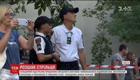 В Одессе разыскивают неизвестного, который подстрелил работника жилищно-коммунального предприятия