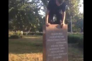 В Харькове подростки поиздевались над памятником расстрелянным солдатам