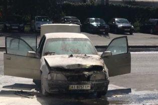 В Киеве посреди улицы загорелся автомобиль с водителем
