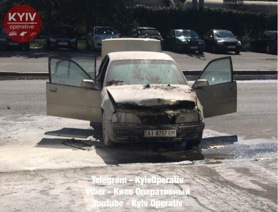 У Києві посеред вулиці спалахнуло авто з водієм