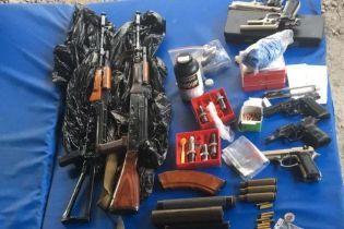 """У Києві в гаражах """"накрили"""" нелегальну зброярню з солідним арсеналом"""