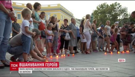 В Одессе карту Украины изложили живыми огнями в память о героях, погибших за независимость