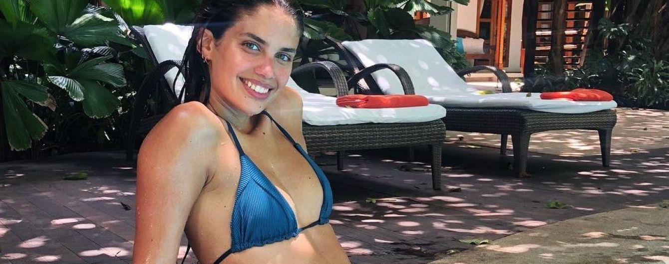 Нежится у бассейна: Сара Сампайо в бикини отдыхает на Коста-Рике