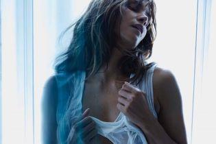 У трусах і мокрій майці: Геллі Беррі сексуально позувала перед камерою