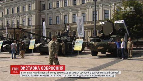 На Михайлівській площі у Києві триває виставка сучасного озброєння та військової техніки