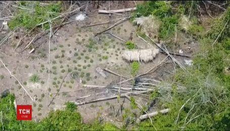В джунглях Бразилии сняли племя аборигенов, живущих в первобытных условиях