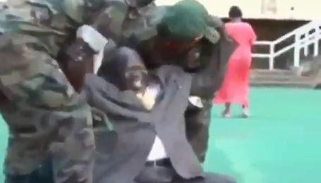 Африканский чиновник всего одним движением до слез рассмешил публику на стадионе