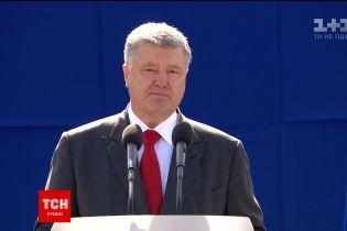 Порошенко во время парада присвоил звание Герой Украины Олегу Довгому посмертно и Владимиру Соснину