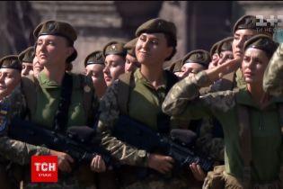 """Глядачі параду вибухнули оплесками після привітання від """"дівочого батальйону"""""""