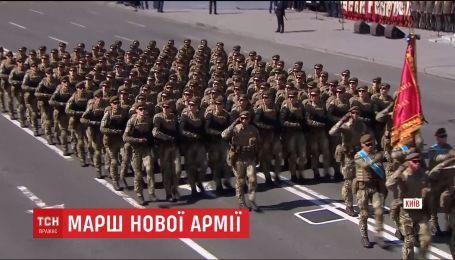 Женщины-военные, истребители и зрители на столбах: как в Киеве прошел парад ко Дню Независимости