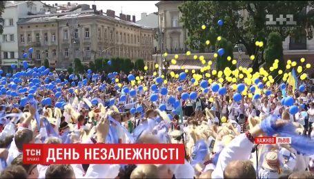 Сине-желтые шары в небе и воспоминания о событиях на фронте: как День Независимости прошел во Львове