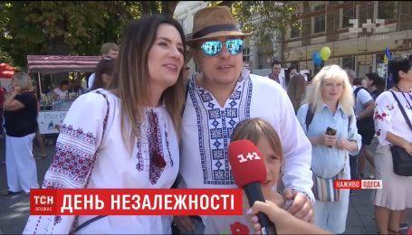 Вышиванковый цепь и рекордное количество туристов: День Независимости в Одессе