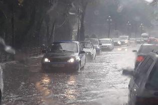 В курортном Яремче из-за мощного ливня затопило улицы, а град побил птиц и цветы