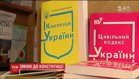 НАТО, канцлер, всеукраїнські громадські ради: якою бачать українську конституцію політики