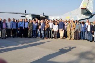 Десятки украинских дипломатов отправились с военными на Донбасс
