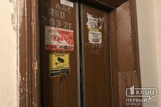 В Кривом Роге спасатели застряли в лифте, когда ехали открывать дверь квартиры с убийцей