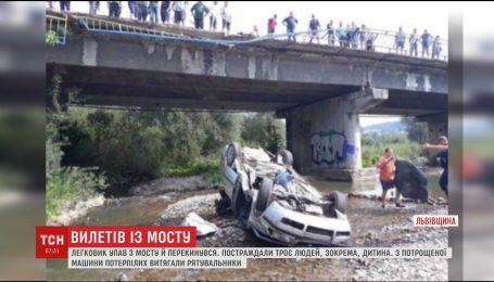 На трасі Львів-Ужгород авто впало з мосту, постраждало троє людей