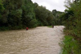 На Прикарпатье автомобиль перевернулся в реку: пассажир пропал без вести