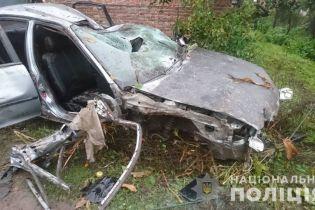 На Львовщине забитая людьми легковушка протаранила столб и влетела в забор дома