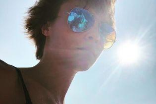 Прощай лето: Кара Делевинь похвасталась пышной грудью в бикини
