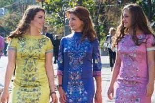В красивых платьях с вышивкой: Марина Порошенко с дочками на праздновании Дня Независимости Украины