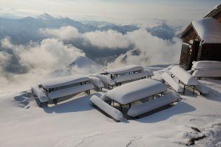 Зустріч літа з зимою. У деяких регіонах Європи випало до 40 сантиметрів снігу