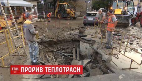 У Києві на Печерську прорвало тепломережу