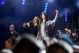 """Ефектна Руслана у напівпрозорій міні-сукні """"кольчужці"""" відіграла концерт"""