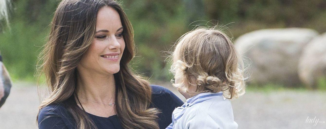 Стильные и счастливые: принцесса София и принц Карл Филипп отправились на прогулку с сыном
