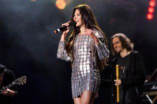 В прозрачном мини и платье-кольчуге: два эффектных образа Русланы на концерте в Батурине