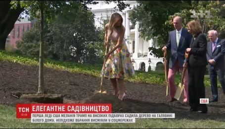 Мелания Трамп в изысканном наряде и на каблуках высадила дерево на лужайке Белого дома