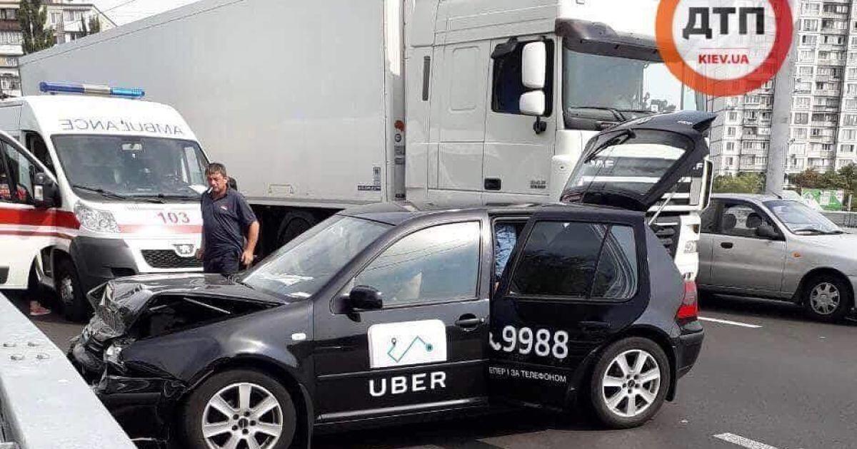 На столичной Борщаговке автомобиль Uber столкнулся с грузовиком, есть пострадавшие