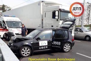 На столичній Борщагівці автомобіль Uber зіштовхнувся з вантажівкою, є постраждалі