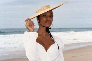 В белом купальнике: Тина Кунаки позировала в новой пляжной фотосессии