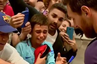 Юний фанат Мессі розридався при зустрічі з футболістом, Лео підтримав хлопчину