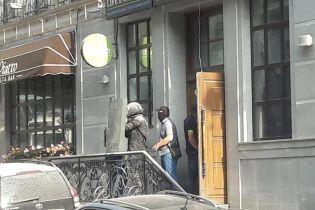 У Києві невідомі захопили будівлю на Воздвиженці, очевидці говорять про стрілянину та вибух