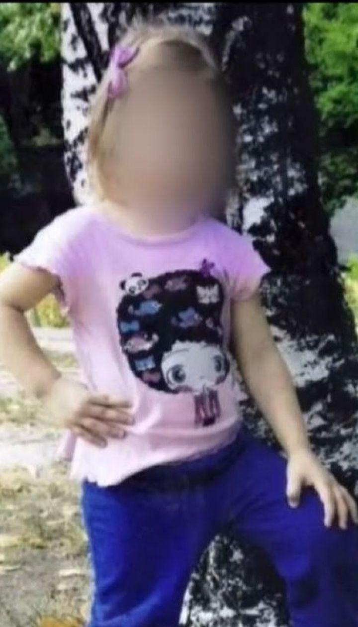 4-річна дівчинка, що зазнала вдома тяжких травм, досі на межі життя і смерті