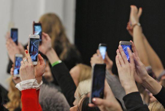 Нова мода. Все більше користувачів купують кнопкові телефони замість смартфонів