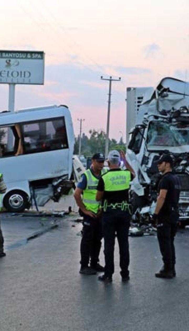 У Туреччині у водний канал впав автобус з російськими туристами