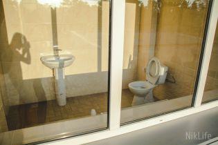 На центральном стадионе в Николаеве установили туалет с прозрачным стеклом