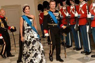 В вечернем платье, тиаре и рубинах: кронпринцесса Мэри посетила королевский банкет