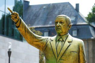 У Німеччині демонтували позолочену статую Ердогана, яку поставили в рамках фестивалю