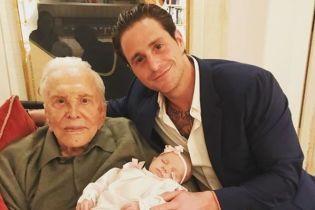 Сеть растрогал снимок 101-летнего отца Майкла Дугласа с правнучкой