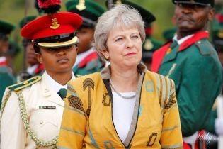 В оранжевом жакете с этническим принтом: Тереза Мэй в ярком образе прибыла в Нигерию