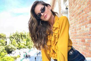 В блузке с рюшами и мини-шортах: Изабель Гулар приехала в Венецию