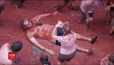 """Реки красного месива и заброшенные помидорами туристы. В Испании стартовал фестиваль """"Томатина"""""""