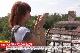 Мешканка Пісків уперше за чотири роки потрапила додому, де будинок - розбомлений та розграбований