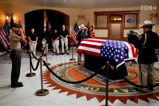 Віддати честь: в Аризоні завершилася перша жалобна церемонія пам'яті Маккейна